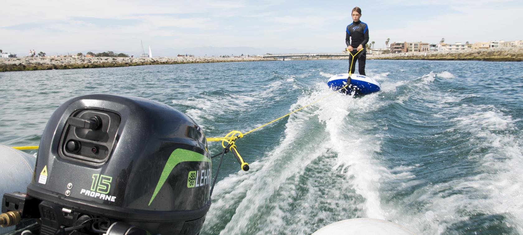 Podłączenie wody do silnika łodzi